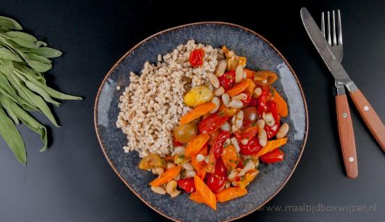 Het gerecht met parelgort en geroosterde tomaatjes met witte bonen