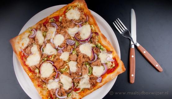 Gerecht met pizza met tonijn en mozzarella