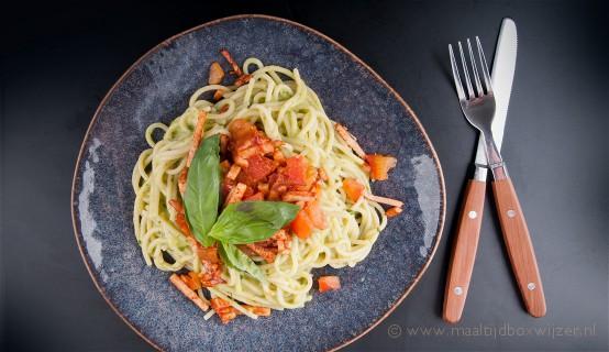 Gerecht met spaghetti met gerookte kip en guacamole-pesto